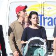 Neve Campbell, son compagnon J.J Feild et leur fils Caspian se promenant à Los Angeles, le 21 novembre 2012
