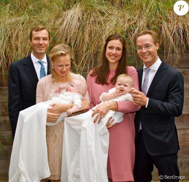 La princesse Carolina de Bourbon-Parme, son mari Albert Brenninkmeijer, leur fille Alaïa-Maria, et le prince Jaime de Bourbon-Parme, son épouse la princesse Viktoria et leur fille Zita posant le 4 octobre 2014 à Noordwijk, aux Pays-Bas, lors du baptême des deux fillettes en l'église Maria ter Zee.
