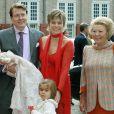 Le prince Constantijn et la princesse Laurentien des Pays-Bas avec la reine Beatrix lors du baptême de leur fille la princesse Leonore, en 2006 à Appeldorn.