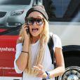 Amanda Bynes au téléphone à son arrivée à l'aéroport de Los Angeles, le 10 octobre 2014.