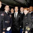 """Brad Pitt et des membres de l'armée, à l'avant-première de """"Fury"""" au Newseum à Washington, le 15 octobre 2014"""