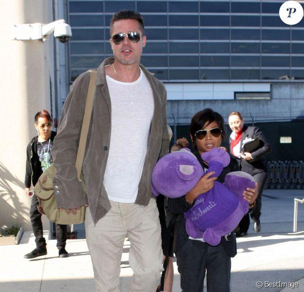 Brad Pitt et son fils Pax arrivant à l'aéroport de Los Angeles en provenance d'Australie avec leurs enfants, le 5 février 2014.