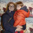 """""""Sonia Dubois et son fils Hippolyte (4 ans) à la representation exceptionnelle de la comédie musicale """"Le bossu de Notre-Dame"""" au théâtre Antoine à Paris le 24 novembre 2013."""""""