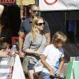 Melissa Joan Hart en famille à Los Angeles, le 19 octobre 2014.