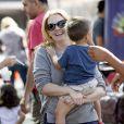 Melissa Joan Hart avec son mari et leurs fils à Los Angeles, le 19 octobre 2014.