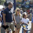 Melissa Joan Hart au Farmer's Market avec son mari Mark Wilkerson et leurs fils Mason, Braydon et Tucker à Los Angeles, le 19 octobre 2014.