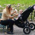 Michelle Hunziker et sa fille Sole s'amusent dans un parc à Milan, le 21 octobre 2014.