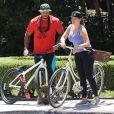 Kelly Brook et son fiancé David McIntosh, très amoureux, font du vélo à Hollywood, le 26 juillet 2014.