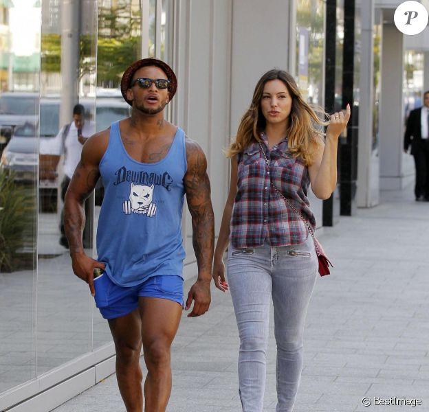 Kelly Brook et son fiancé David McIntosh font du shopping à Beverly Hills, le 18 juillet 2014.