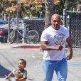 Mike Tyson, avec l'un de ses fils dans les rues de Venice à Los Angeles, le 16 mars 2014