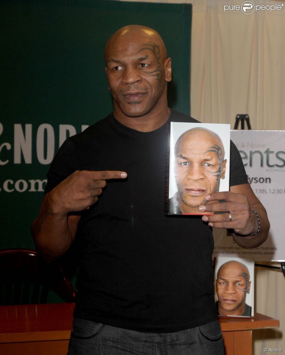 Mike Tyson Lors D'une Séance De Dédicace De Son Ouvrage