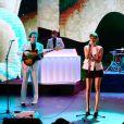 Marion Cotillard en pleine performance avec le groupe Metronomy pour l'anniversaire des 30 ans de Canal+. Une séquence enregistrée au Palais des sports le 31 octobre 2014 et diffusée le 4 novembre