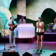 La comédienne Marion Cotillard en pleine performance avec le groupe Metronomy pour l'anniversaire des 30 ans de la chaîne Canal+. Une séquence enregistrée au Palais des sports le 31 octobre 2014 et diffusée le 4 novembre