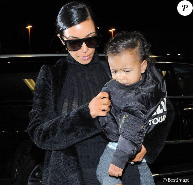 Kim Kardashian et sa fille North arrivent à l'aéroport LAX de Los Angeles, le 5 novembre 2014.