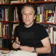 """Exclusif - Philippe Vandel dédicace sa bande dessinée """"Les Pourquoi en BD"""" à la librairie BD Net à Paris, le 26 septembre 2014."""