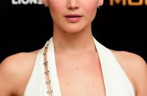 Jennifer Lawrence, un peu trop décolletée, en montre beaucoup...