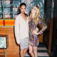 Joan Smalls et Poppy Delevingne assistent au dîner d'annonce de la collection Solid & Striped x Poppy Delevingne à l'Happiest Hour. New York, le 12 novembre 2014.