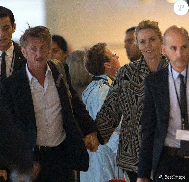 Exclusif - Charlize Theron et Sean Penn quittent Paris via l'aéroport Roissy-Charles-de-Gaulle. Le 10 novembre 2014.