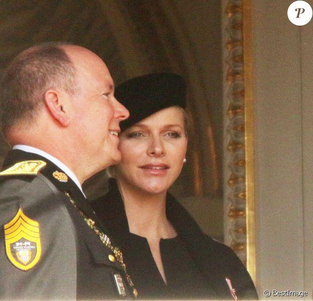 La princesse Charlène (enceinte) et le prince Albert II de Monaco - La famille de Monaco au balcon du palais princier lors de la fête nationale monégasque. Le 19 novembre 2014
