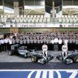 Lewis Hamilton et Nico Rosberg prennent la pose avec l'écurie Mercedes, lors du dernier Grand Prix de la saison 2014, à Abou Dhabi, le 23 novembre 2014