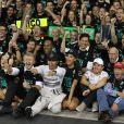 Lewis Hamilton célèbre son titre de champion du monde devant son écurie et Nicole Scherzinger, le 23 novembre 2014 à Abou Dhabi