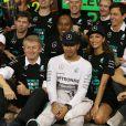 Lewis Hamilton célèbre son titre de champion du monde des pilotes avec l'écurie Mercedes et sa belle Nicole Scherzinger, le 23 novembre 2014, sur le circuit d'Abou Dhabi