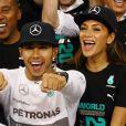 Lewis Hamilton célèbre son titre de champion du monde des pilotes avec sa belle Nicole Scherzinger, le 23 novembre 2014, sur le circuit d'Abou Dhabi