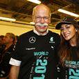 Dr. Dieter Zetsche et Nicole Scherzinger dans le garage de l'écurie Mercedes lors du sacre de Lewis Hamilton, au Grand Prix d'Abou Dhabi, le 23 novembre 2014