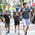 David Beckham et ses fils Brooklyn, Romeo et Cruz vont prendre un café après leur cours de gym à Brentwood, le 15 juillet 2014