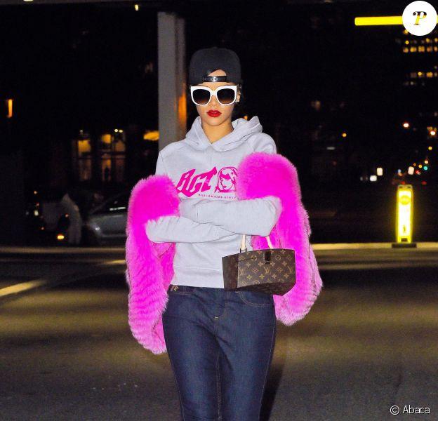 Rihanna à New York, porte une casquette noire Givenchy, des lunettes de soleil Stella McCartney, un sac Louis Vuitton (modèle Twisted Box par Frank Gehry), un pull Billionaire Girls Club, un jean Rihanna for River Island et des bottines Timberland. Le 5 novembre 2014.