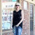 Gwen Stefani, en lunettes de soleil Miu Miu, débardeur troué, jean baggy destroy et bottines Bee Line x Timberland, quitte une clinique d'acupuncture à Los Angeles. Le 15 septembre 2014.