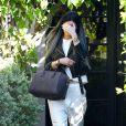 Kylie Jenner quitte le salon de coiffure Andy LeCompte à West Hollywood, chaussée de baskets Nike + R.T. et portant un sac Givenchy (modèle Antigona). Le 3 novembre 2014.