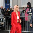 Rita Ora, habillée d'un ensemble rouge et d'un bandeau blanc Dsquared² et chaussée de baskets adidas Originals, se rend à l'enregistrement d'une chanson au profit des victimes du virus Ebola. Londres, le 14 novembre 2014.