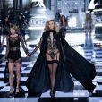Taylor Swift et Karlie Kloss sur le podium du défilé Victoria's Secret à Londres, le 2 décembre 2014.