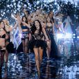 Alessandra Ambrosio, Adriana Lima et leurs copines cloturent le Défilé Victoria's Secret à Londres, le 2 décembre 2014.