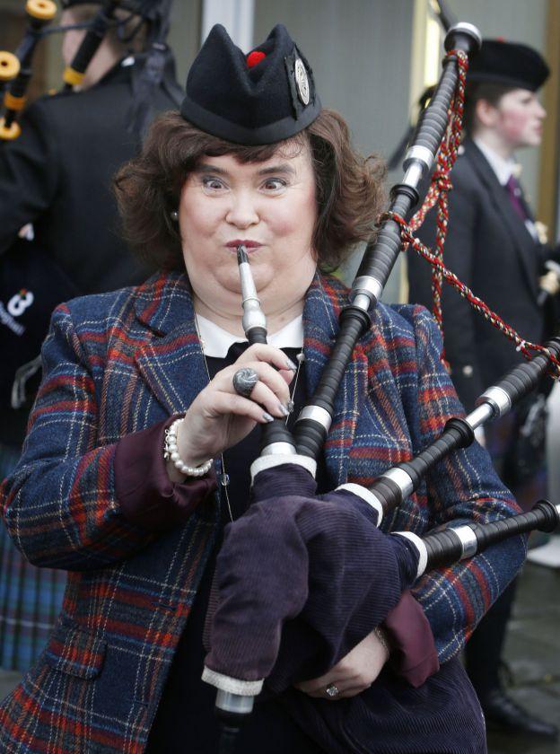 Susan Boyle souffle dans une cornemuse le 15 janvier 2014 à Glasgow, en Ecosse. - ©Abaca Press