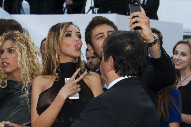 Invitée à la projection de The Homesman lors du Festival de Cannes 2014, Nabilla tire la langue en haut du tapis rouge le 18 mai 2014. ©Abaca Press