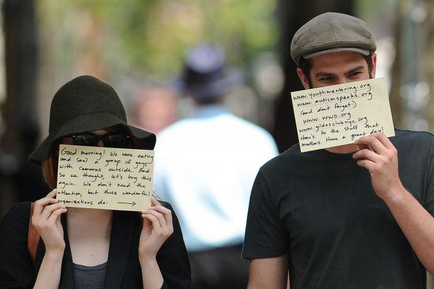 Emma Stone et Andrew Garfield ont un petit message à faire passer aux paparazzis le 17 juin 2014 à New York. ©Abaca Press