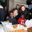 Inès de la Fressange et Sandrine Quétier assistent au coup d'envoi de la vente des Goûters du Coeur au Café de la Paix, Place de l'Opéra à Paris. Le 2 décembre 2014.