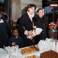 Inès de la Fressange et Sandrine Quétier donnent le coup d'envoi de la vente des Goûters du Coeur au Café de la Paix, Place de l'Opéra à Paris. Le 2 décembre 2014.