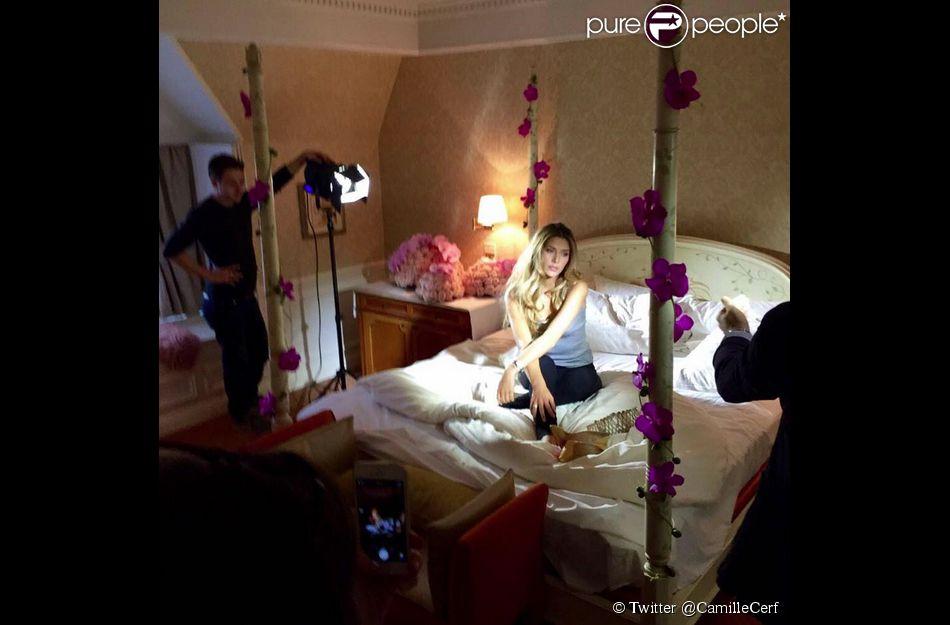 Camille Cerf en séance photo à Disneyland Paris, dans la nuit du samedi 6 au dimanche 7 décembre, peu après son élection.