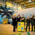Alain Bernard et sa compagne Tiga, fondatrice de l'association Coup de Pouce des Anges, chargent la tonne de dons à la base aérienne 123 d'Orléans. Le 11 décembre 2014.