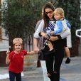 Exclusif - Alessandra Ambrosio emmène ses enfants Anja et Noah diner au Country Mart de Brentwood. La petite Anja salue les photographes. Le 21 novembre 2014