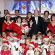 Le prince Albert II de Monaco jouait au Père Noël dans une crèche de Fontvieille le 16 décembre 2014