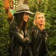 Exclusif - Les amies mannequins Kendall Jenner et Hailey Baldwin font l'achat d'un sapin de Noël. Los Angeles, le 17 décembre 2014.