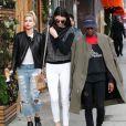 Kendall Jenner en pleine séance shopping avec ses amis Hailey Baldwin et Shamari Maurice à Beverly Hills. Le 17 décembre 2014.