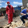 Le prince Harry se transforme en manoeuvre sur le chantier d'un orphelinat le 10  décembre 2014 lors de sa visite privée pour suivre les actions de son association Sentebale.