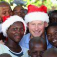 Le prince Harry, coiffée d'un bonnet de Noël malgré les 32 degrés, posant avec des orphelins du foyer  Mants'ase Children's Home de Maseru au Lesotho le 5 décembre 2014 lors de sa visite privée pour suivre les actions de son association Sentebale.