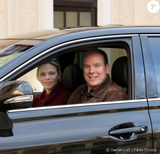 Le Prince et la Princesse de Monaco et leurs enfants arrivent au Palais après avoir quitté la maternité du Centre Hospitalier Princesse Grace de Monaco pour passer les fêtes de Noël en famille, le 24 décembre 2014.