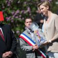 SAS le prince Albert II de Monaco et son épouse la princesse Charlène ont visité la ville de Carlat où ils ont dévoilé la plaque de l'école Nelson Mandela et ont également visité la ville de Calvinet dans l'ancien Comté de Carladès, le 15 mai 2014.